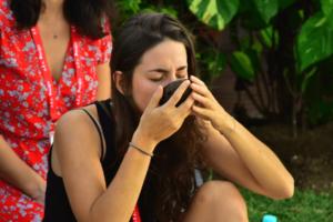 Elena assapora la Kava nel tipico guscio di cocco