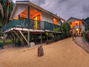 Rino-s-Beach-Bungalows-Beachfront-Deluxe-Unit (1)